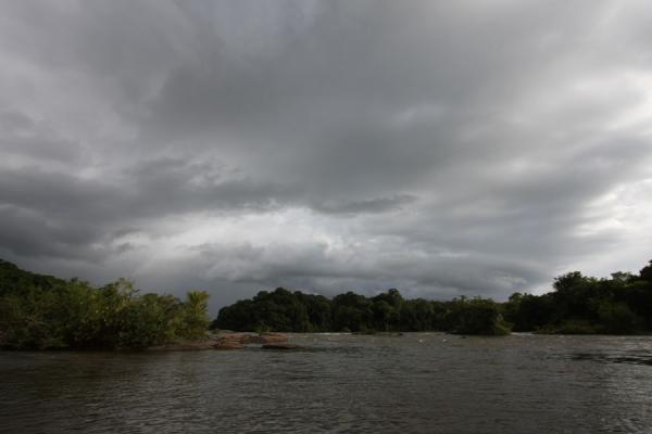 Foto van Dark skies over the Essequibo riverIwokrama - Guyana