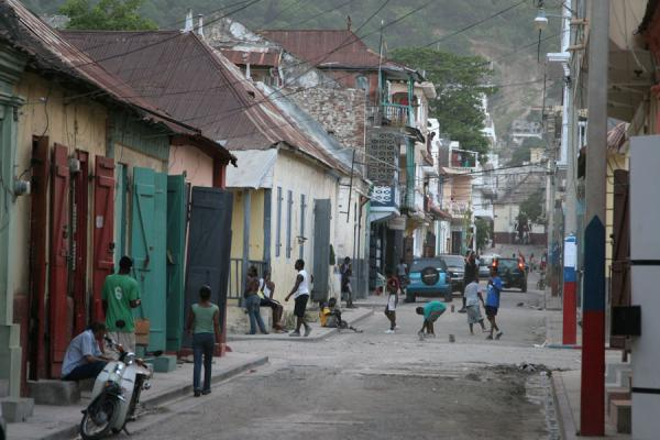 Foto di Playing football on a street of Cap HaïtienCap Haïtien - Haiti