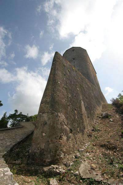 Foto di The sharply defined northeastern wall of the Citadelle la FerrièreCitadelle La Ferrière - Haiti