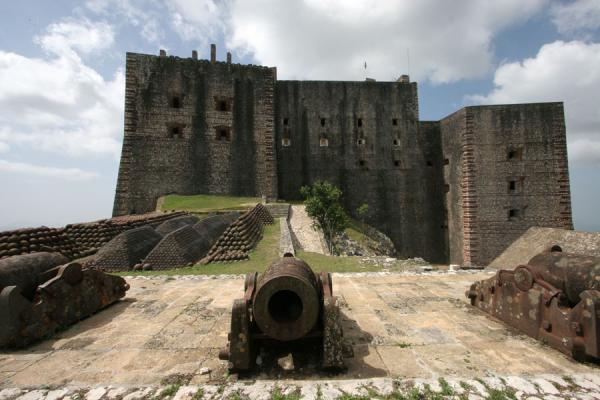 Foto de Citadelle la Ferrière and cannons: the southern side of the citadelCitadelle La Ferrière - Haití