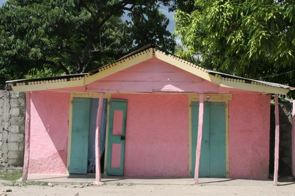 Foto di Brightly pink painted house in Hinche - Haiti - America
