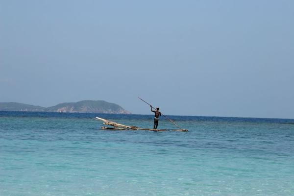 Foto di Haitian fisherman hunting on a make shift boatIle à rats/Paradis - Haiti