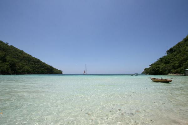 Foto van Boat floating on transparent water at Cadras beach, also known as Paradis - Haïti - Amerika