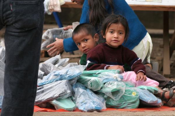 Foto van Honduras (Belén Gualcho: children at the market)