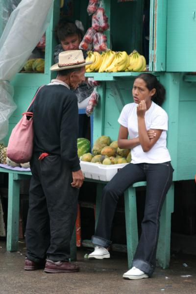 Foto de Talking in the market at La CeibaLa Ceiba - Honduras