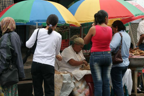 Foto de Buying food at the market of La CeibaLa Ceiba - Honduras