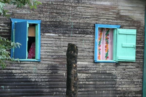 Picture of Limón (Honduras): Limón: typical house with colourful window panes
