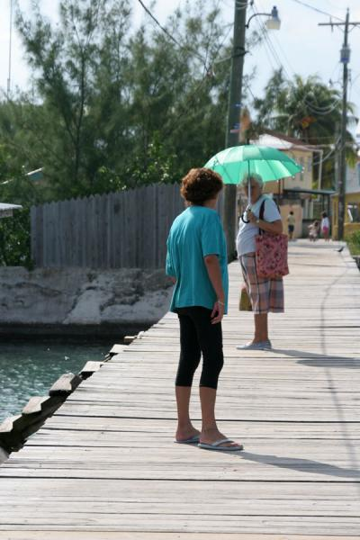 Foto de Walking the bridge between Pigeon Key and Suc Suc KeyCayos de Utila - Honduras