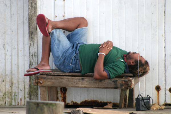 Foto de Utila: relaxing on a bench with music - Honduras - América