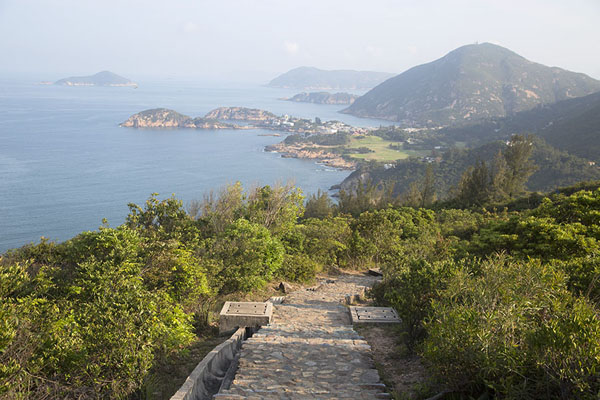 Foto van Path and coastline of the eastside of Hong Kong islandDragon's Back Trail - Hong Kong