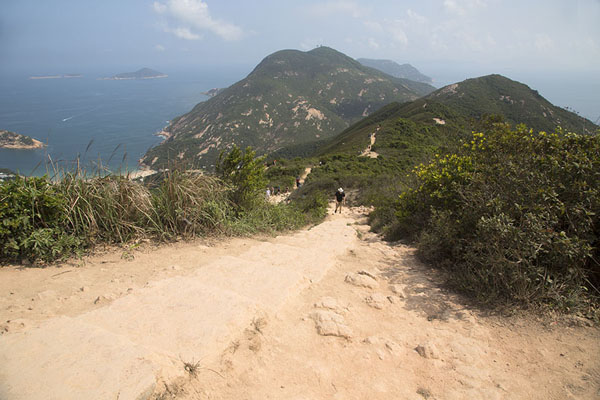 Foto de Looking south from the ridge of Shek O peak towards D'Aguilar PeakDragon's Back Trail - Hong Kong