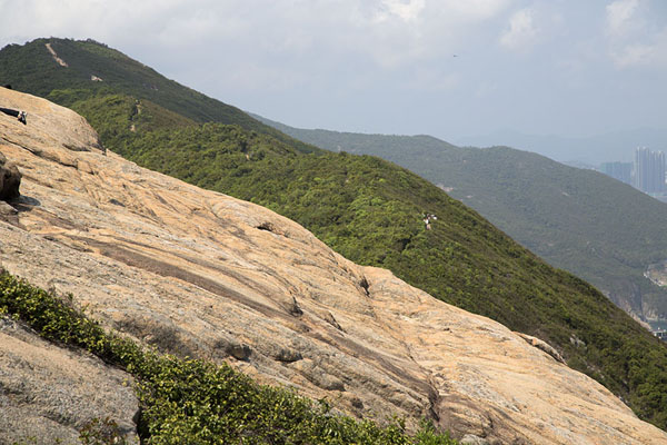 Photo de A rocky part of the Dragon's Back hillDragon's Back Trail - Hong Kong