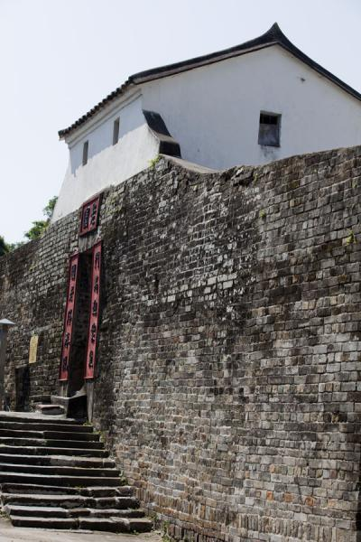 Picture of Lung Yeuk Tau Heritage Trail (Hong Kong): Wall and entrance gate to Lo Wai, the oldest walled village founded by the Tang clan