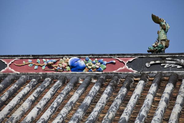 Picture of Lung Yeuk Tau Heritage Trail (Hong Kong): Roof with decorations at the Tang Chung Ling ancestral hall at the southern side of the heritage trail
