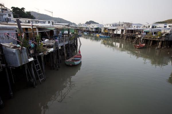 Foto van Houses on stilts on both sides of the river running through Tai O - Hong Kong - Azië