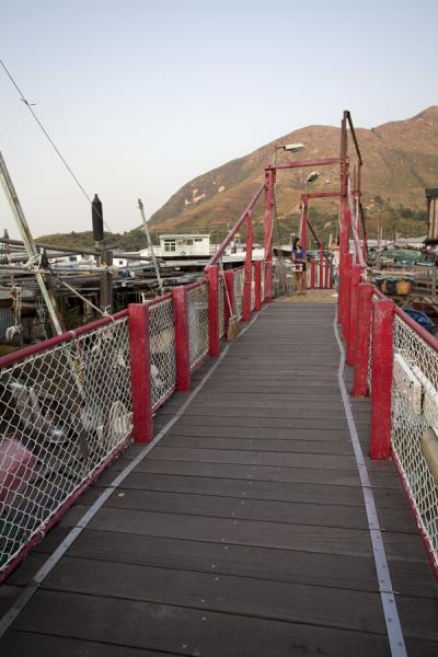 Foto de Red bridge spanning the river separating Tai O from Lantau islandTai O - Hong Kong
