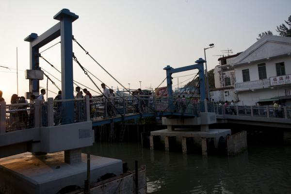 The main bridge linking both sides of the river running through Tai O |  | 香港