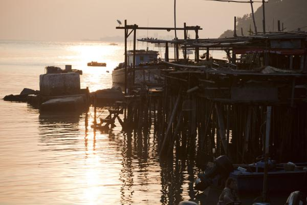 Foto de Houses on stilts and boat at sunset in Tai OTai O - Hong Kong