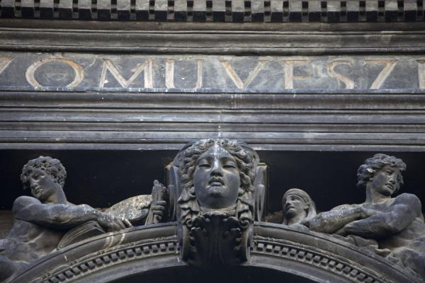 Foto de Detail of sculptures in the facade of a building on Andrássy útAndrássy út - Hungría
