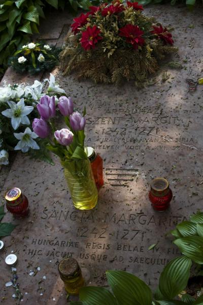 Foto van Fresh flowers on the grave of St. Margaret, after which the island took its name - Hongarije - Europa