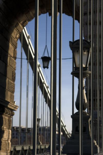 Foto de Steel framework of Széchenyi chain bridge with lantern and archSzéchenyi puente de las cadenas - Hungría