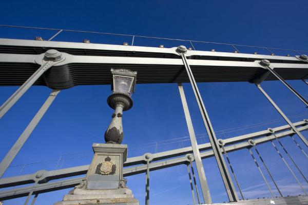 Foto de Hungría (Looking up a lantern and the metal construction of Széchenyi chain bridge)