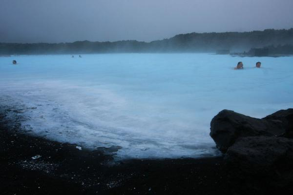 People swimming in the Blue Lagoon | Laguna Azul | Islandia