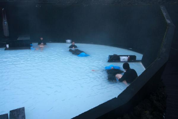 Enjoying a massage in the Blue Lagoon | Laguna Azul | Islandia