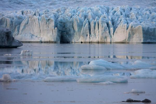 的照片 冰岛 (The face of Flallsjökull glacier reflected on the partly frozen surface of Fjallsárlón)