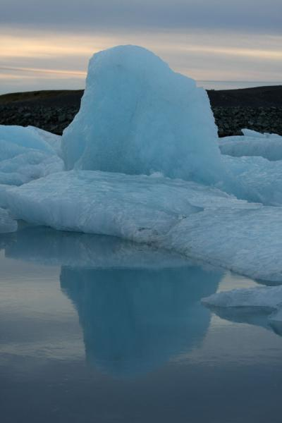 Foto van Blue iceberg floating in the freezing waters of JökulsárlónJökulsárlón - IJsland