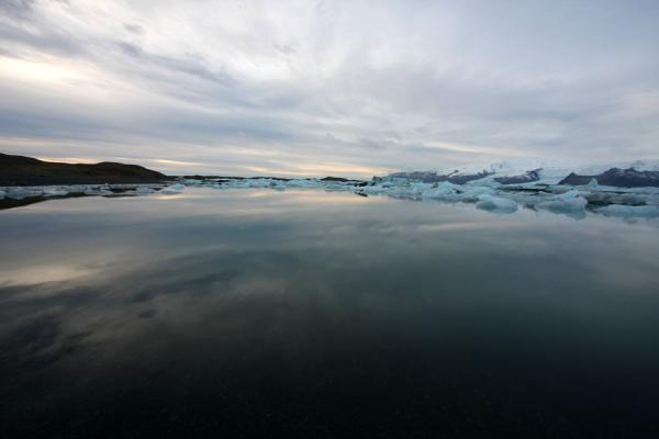 Foto di Islanda (Reflection of winter sky in the silent, icy waters of Jökulsárlón)
