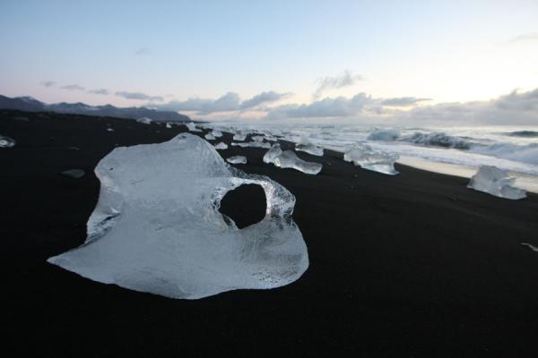 Foto van Volcanic beach off Jökulsárlón with ice rocks washed ashoreJökulsárlón - IJsland