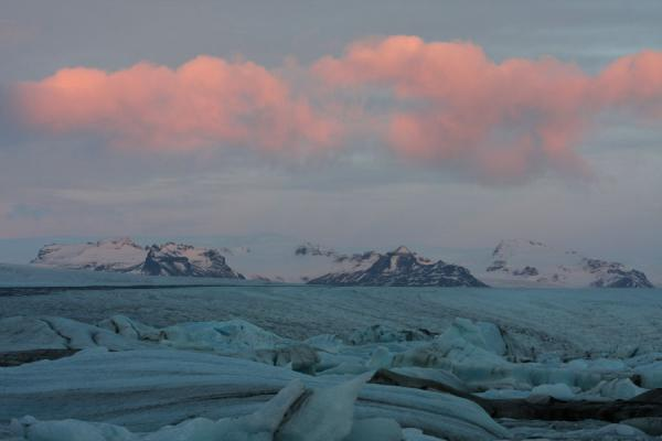 Foto van Landscape of ice with clouds highlighted by the early morning sunJökulsárlón - IJsland
