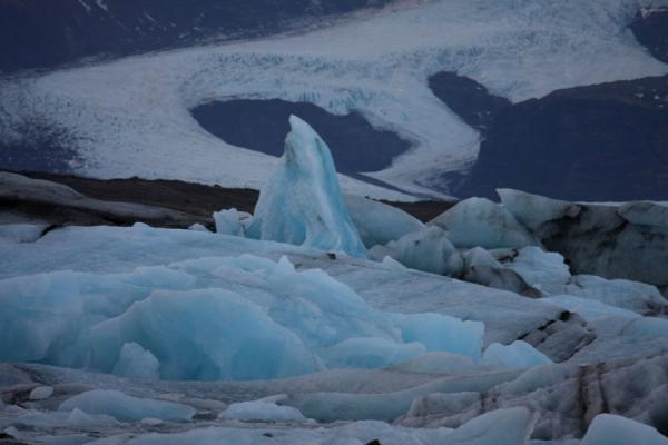 Foto van Huge piece of an iceberg sticking out of the packed ice in JökulsárlónJökulsárlón - IJsland