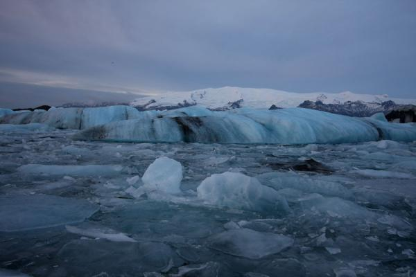 Foto van Small and big icebergs in Jökulsárlón with mountains in the backgroundJökulsárlón - IJsland