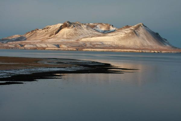 Foto van Delicate layer of snow on mountain, reflected in the quiet waters of Snæfellsnes peninsulaSnæfellsnes - IJsland