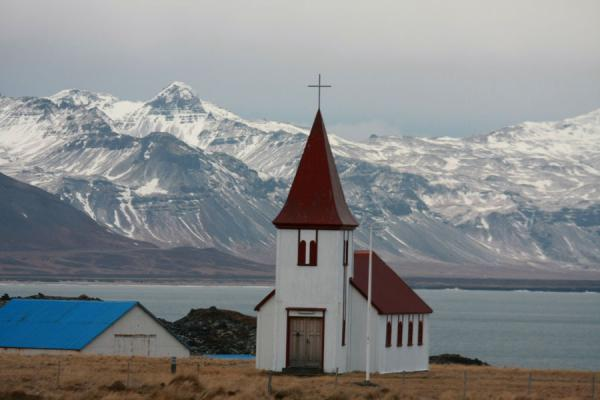 Foto van Church of Hellnar with mountains of Snæfellsnes in the backgroundSnæfellsnes - IJsland