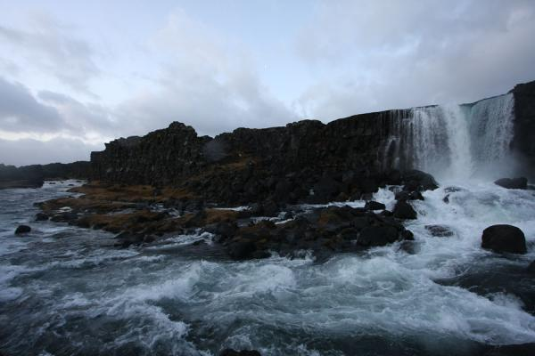 冰岛 (Water of Öxarárfoss waterfall running down towards Þingvallavatn)