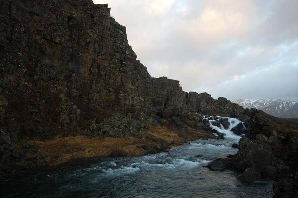 Foto van Water flowing down alongside the North American tectonic plateÞingvellir - IJsland