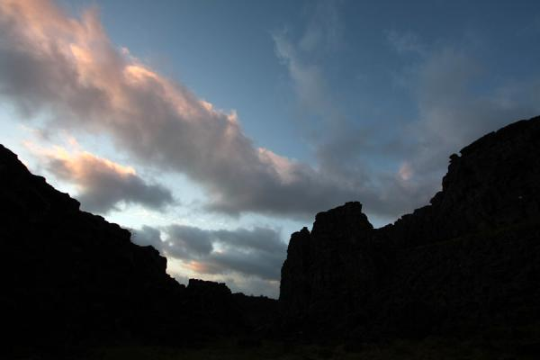 Foto van Sunrise seen from within a canyon between the continental platesÞingvellir - IJsland