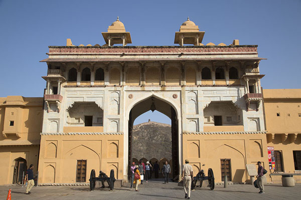 Suraj Pol. Sun Gate, seen from within Jaleb Chowk, the first courtyard | Forteresse Amber | Inde