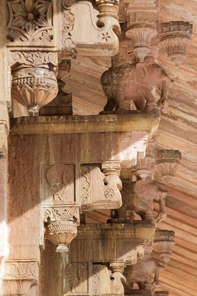 Close-up of the decorative carved statues on top of the columns of Diwan-i-Am | Forteresse Amber | Inde
