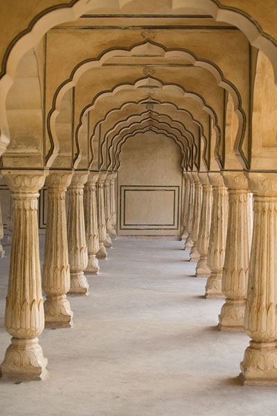 Row of columns on the first courtyard, next to Diwan-i-Am | Fortaleza Amber | India
