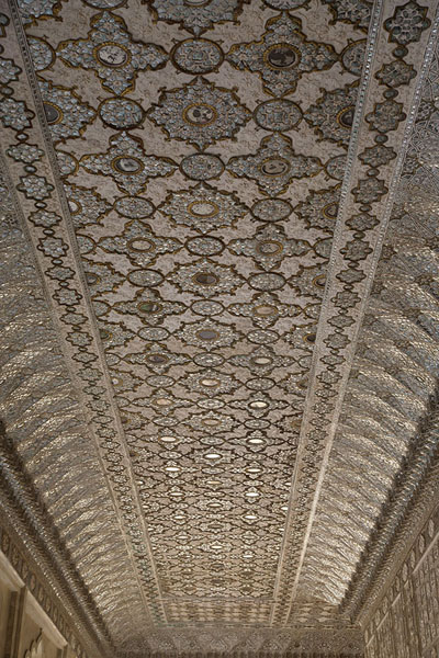 The ceiling of Sheesh Mahal, the Mirror Palace | Fortaleza Amber | India