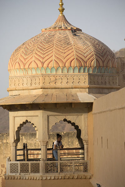 Circular pavilion jutting out of Amber Fort | Fortaleza Amber | India