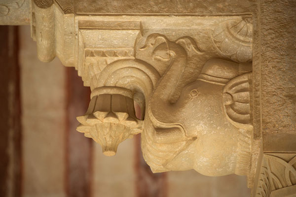 Close-up of carved elephant in Diwan-i-Am | Fortaleza Amber | India