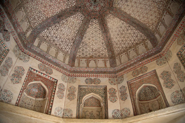 Looking up the interior of Baradari pavilion in Amber Fort | Fortezza Amber | India