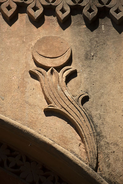 Detailed view of the arch above Delhi Gate with floral motif | Forteresse de Bangalore | Inde