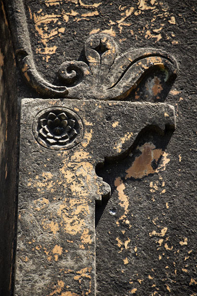 Foto de Floral motifs carved out of an inner wall of Bangalore FortBengaluru - India