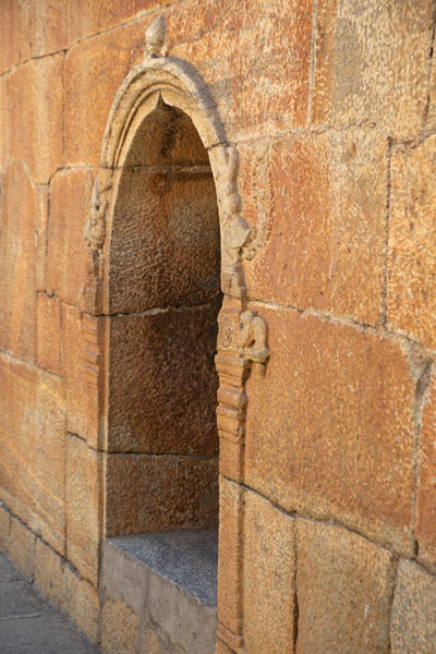 Foto de Side view of an arched entrance inside Bangalore FortBengaluru - India